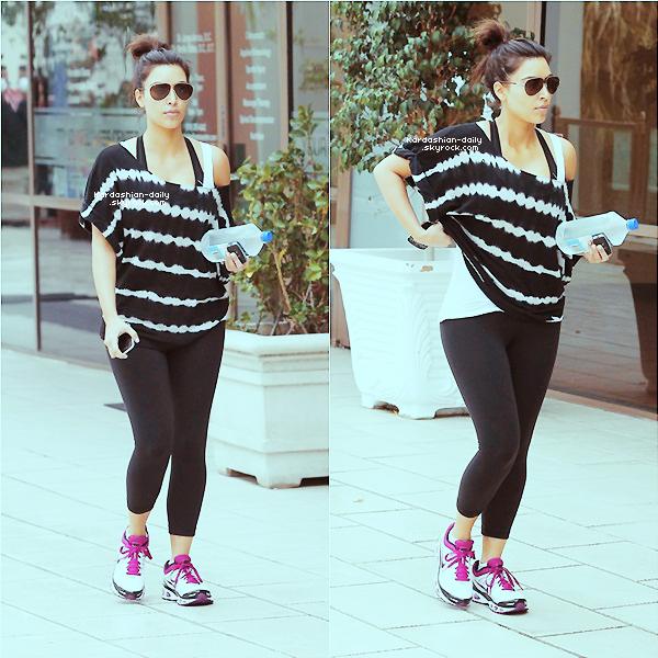 _ ►Candids 17.03.12 : Kim fait du sport à Sherman Oaks.  De retour de Las Vegas, Kim n'a pas manqué de faire son sport. _