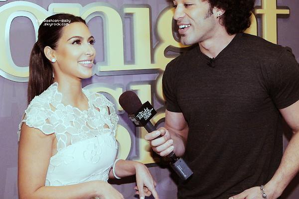 _ ►Candids 23.03.12 : Kim et Kourtney Kardashian ont été aperçues à Woodland Hills. Aimez-vous sa tenue? TOP ou FLOP?  _