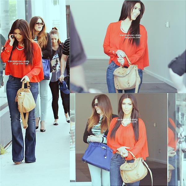 _ ► Candids 24.03.12 : Kim et ses soeurs photographiées dans West Hollywood.  Elle se sont rendues à leur boutique Dash mais aussi à la boutique Marc Jacobs. _
