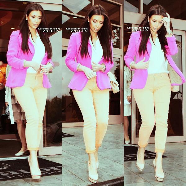 _ ►Candids 25.03.12 : Kim a été photographiée ce matin à Los Angeles. Top/Flop? La belle a rejoint sa maman Kris Jenner à la messe du dimanche. _