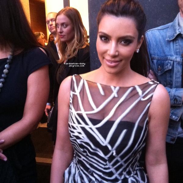 _ ►Apparition 27.03.12 : Kim était présente à la fête d'anniversaire de Valentino. Top/Flop? Khloe n'accepte pas l'humiliation qu'a reçu sa soeur, et décide de rompre sa collaboration avec PETA ! _