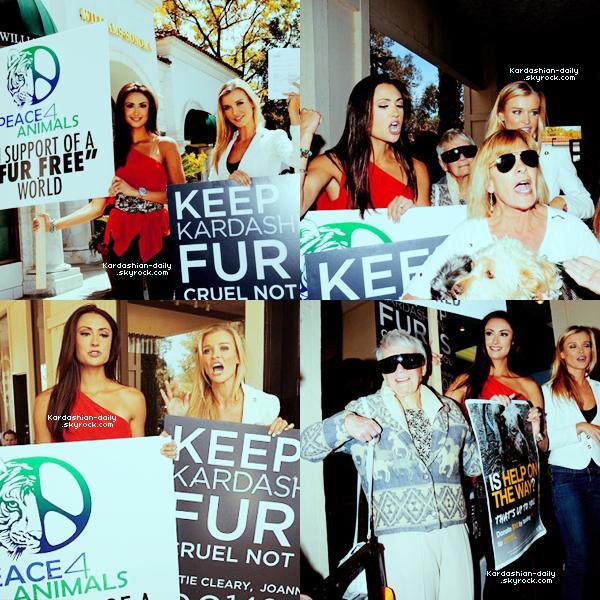 _ ►NEWS  : Les Kardashian à nouveau confrontées aux défenseurs des animaux. La Peta organise une manifestation devant leur nouvelle boutique DASH. _