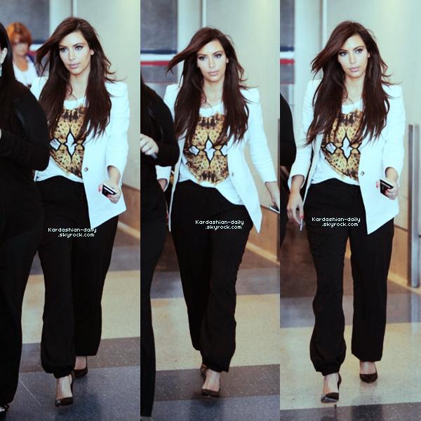 _ ►Candids 06.04.12  : Kim a été photographiée par les paparazzis à l'aéroport JFK, New-York.  Kim a publié via son site une nouvelle photo promo pour la Kardashian Kollection printemps (ici).  _
