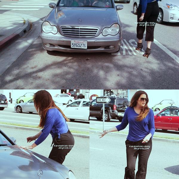_ ►Candids 11.04.12 : Kim et Khloé se rendent à M Café à Los angeles. Un incident s'est produit alors que Khloé était au volant d'un 4x4.  _