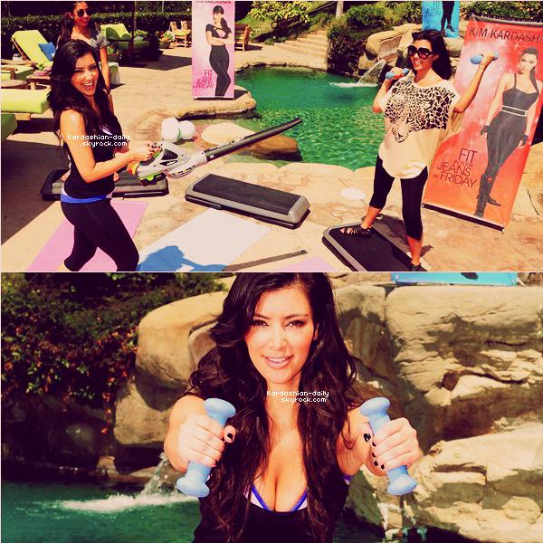 """_ ►FLASHBACK 31.07.09 : Kim fait la promotion de sa série de dvd 'Fit in your Jeans by Friday"""". Vous pouvez également regarder une vidéo de Kim sur le tournage du dvd juste en dessous.  _"""
