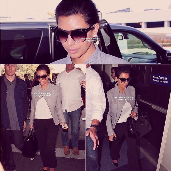 _ ►Candids 19.04.12 : Kim à l'aéroport LAX de Los angeles et arrivant à Chicago. La belle n'était pas très souriante mais a quand même signé quelques autographes à des fans.  _