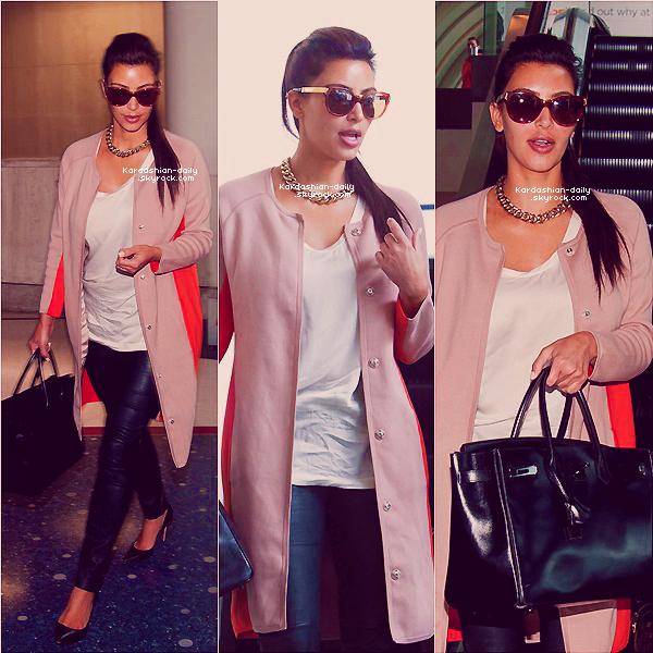 _ ►Candids 22.04.12 : Kim aperçue par les paparazzis à l'aéroport LAX de Los Angeles.   Elle s'est rendue à un rendez-vous d'affaire et à une fête et est retournée à New-York ensuite . _