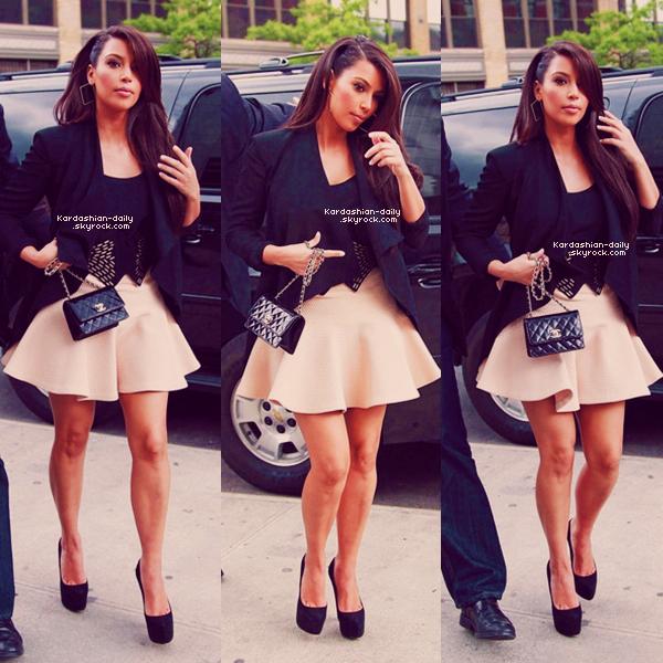 _ ► Candids 25.04.12   : Kim a été vue se rendant à l'hôtel Four Seasons où elle a rejoint Kanye.  La belle est ensuite retourné à l'hôtel Gansevoort. Aimez-vous sa tenue? Top/Flop?  _