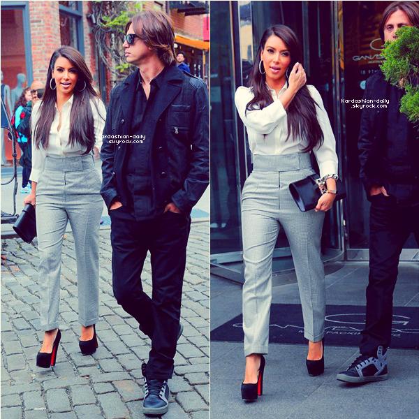 _ ►Candids 26.04.12 : Kim a passé la journée avec son meilleur amie Jonathan Cheban. Top/Flop? Kim a posté une nouvelle photo via son twitter accompagnée de Jonathan (voir).  _