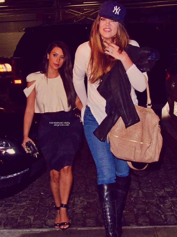 _ ►Candids 26.04.12 : Kim et Khloé ont été aperçues arrivant au restaurant Valbella. Top/Flop? Découvrez une nouvelle photo de Kim à New-York accompagnée d'une fan (voir). _