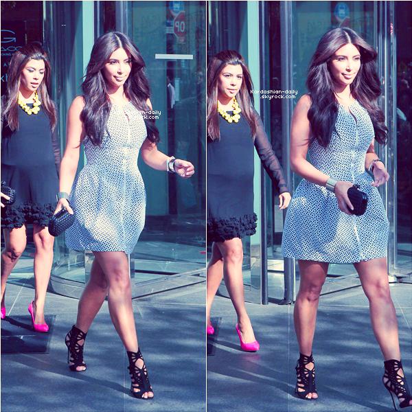 """_ ►Apparition 30.04.12 : Kim, ses soeurs et maman Kris étaient à la soirée 'E! 2012 Upfront"""".  Elles ont posé avec les filles de l'émission Saturday Night Live. _"""