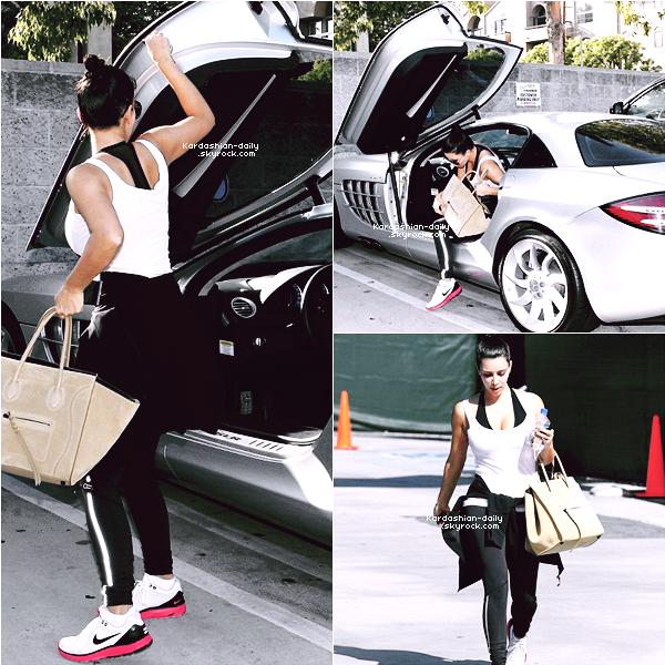 _ ►Candids 07.05.12 : Kim aperçue se rendant  à son cours de fitness à Los Angeles .  La mercedes appartient à Kanye West, bien qu'il vive à NYC, il la laisse à sa résidence à LA. _