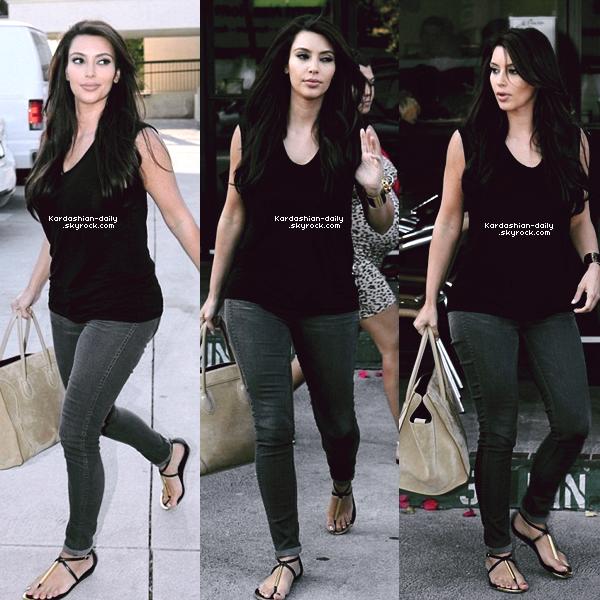 _ ►Photos Twitter : Tournage d'un nouveau photoshoot pour la Kardashian Kollection.  A gauche, Kim qui se prépare et à droite, vous pouvez découvrir un aperçu du photoshoot. _