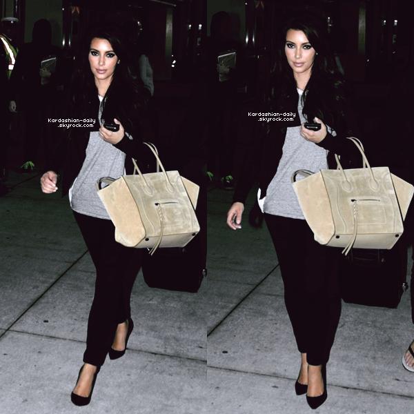 _ ►Candids 09.05.12  : Kim a été photographiée par les paparazzis à l'aéroport LAX de Los Angeles. Quelques heures plus tard, Kim a été vue au Pearson International Airport à Toronto. _