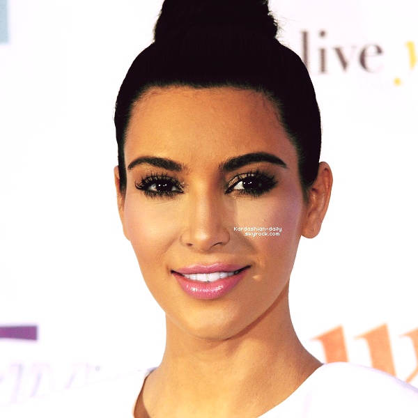 _ ►Apparition 19.05.12 : Kim lance le produit Quicktrim au centre commercial Westfield à Londres  Kim avait de nouveau opté pour une robe blanche. Top/Flop?  _