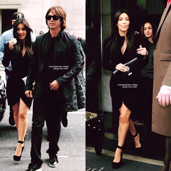 _ ►Candids 20.05.12 : Kim et Kanye West se rendant au restaurant Hakkasan à Londres.  Kim a été supporté Kanye lors de son concert à l'O2 arena hier soir à Londres (photo).  _
