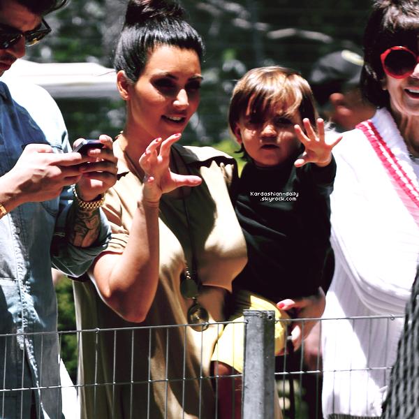 _ ►Candids 05.06.12 : Kim a été vue au zoo avec Mason et Kourtney à San Diego. Top/Flop? __ _