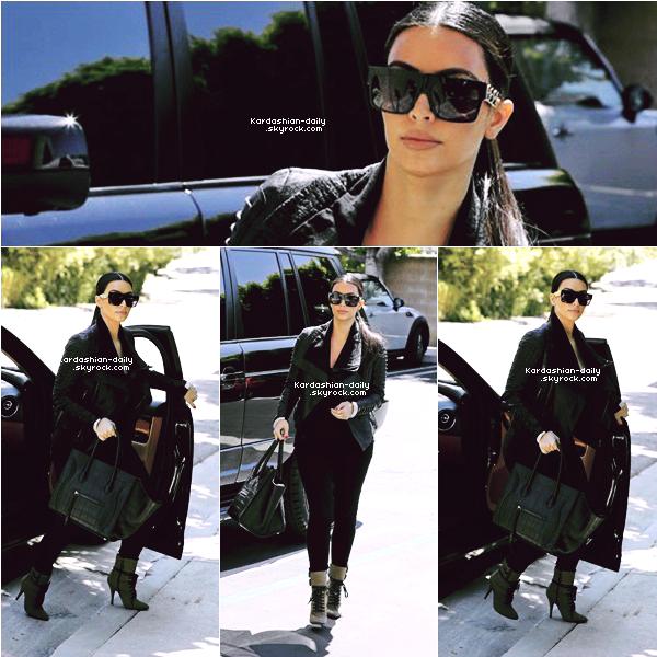 _ ►Candids 24.06.12 : Kim a été aperçue, seule, dans les rues de Los Angeles . La belle qui est tout juste de retour aux USA se rendait dans un studio. _