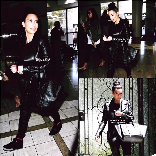 _ ►Candids 26.06.12 : Kim quittant sa maison et se rendant à l'aéroport LAX de Los Angeles. La belle se rendait à Atlanta. Cependant, nous n'en savons pas la raison.. _