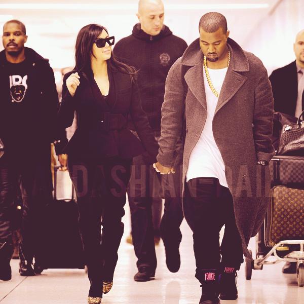 - ► 31.12.12 : KIM ET KANYE WEST A L'AEROPORT LAX DE LOS ANGELES.  Ils se sont rendus chez la belle avant de se rendre au club 1 OAK à Las Vegas pour fêter la nouvelle année.  -