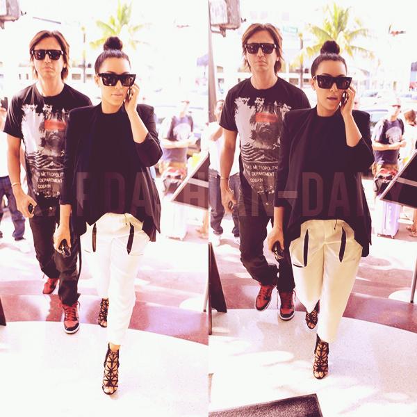 - ►07.01.13 : KIM APERCUE AUJOURD'HUI A MIAMI. TOP/FLOP? Voici une nouvelle photo de Kim accompagnée de 2 fans hier à Miami (voir).  -