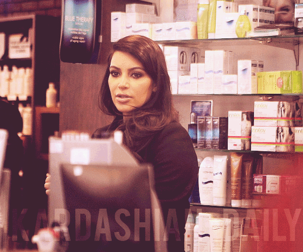 - ►27.01.13 : KIM S'EST RENDUE SUR LES CHAMPS ELYSEES A PARIS.  Le nouvel épisode de Kourtney & Kim Take miami d'hier est maintenant disponible sur l'article intro.   -