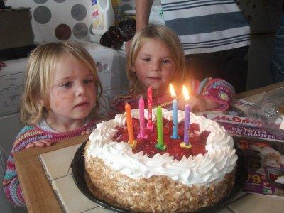 mes deux filles avec leur gateau d anniversaire