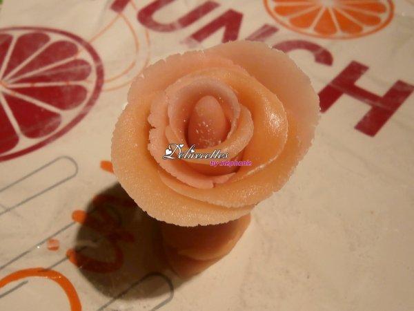 Roses et feuilles en pâte d'amandes
