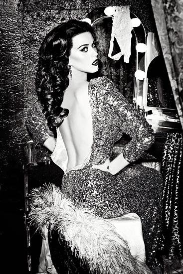 Katy pose pour la campagne GHD