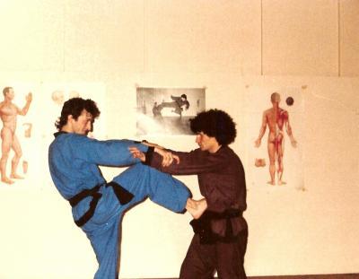 1)Hamid avec le premier élève en  Suisse 2) sur le mur, un coup de pied sauté d'hamid.