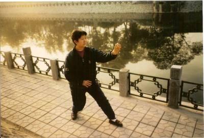 Pei Quan (métal), Lü Yan Zhi, née en 1943 héritière cinqième génération de la branche familiale de henan xin yi.