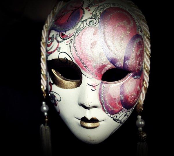 « Le masque tombe, l'homme reste, et le héros s'évanouit. »