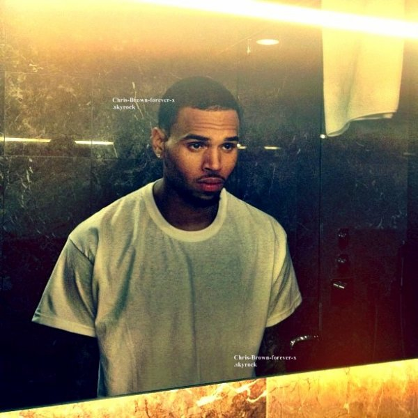 ► Instagram : Nouvelle photo de Chris ! . ( 31 mars 2012) .   ‏ @chrisbrown : Mirror Mirror .