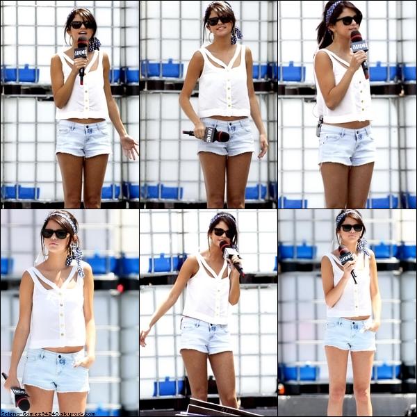 Candid - Le 19 juin dans l'après-midi, Selena effectuant la SoundCheck avant les MuchMusicVideoAwards. Sa tenue est simple : un short en jean, un tee shirt blanc, des lunettes de soleils et un bandeau. Dans l'ensemble, j'aime bien. Le tee shirt est un peu bizarre mais j'aime quand même. Un top !