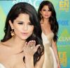 Apparition - Le 7 août dernier, on a eu la chance d'apercevoir Delena (Demi Lovato & Selena) lors des Teen Choice Awards. J'aime beaucoup la tenue de Selena, elle est vraiment magnifique. Comme vous pouvez le voir, Selena a remit ses extensions. Pour moi c'est un TOP !