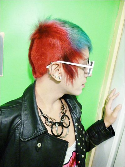 cheveux turquois rouge