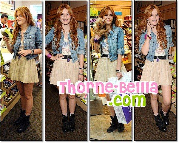 28/8/12: Bella était appérçu dans la boutique HALLMARK a LA Top/Flop ?