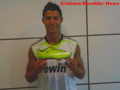 Cristiano Ronaldo nous présente ses nouvelles chaussures sur son Facebook