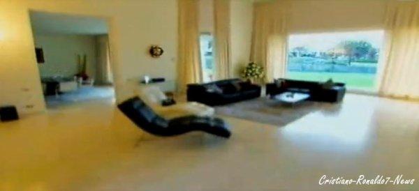 cristiano ronaldo7 news vous pr sente l 39 int rieur de la maison de cristiano ronaldo d sol e. Black Bedroom Furniture Sets. Home Design Ideas