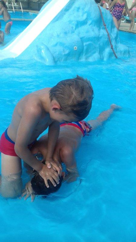 Lyllian et Jullian à la piscine