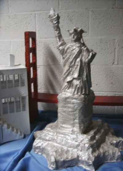 Statue de la liberté (fil de fer, bandes de plâtre et peinture argentée).