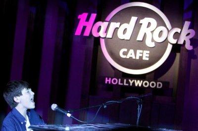. 12.07.2011 . Greyson en concert a Hard Rock Cafe pour présenter son album qui sortira le 2.08.2011. . .