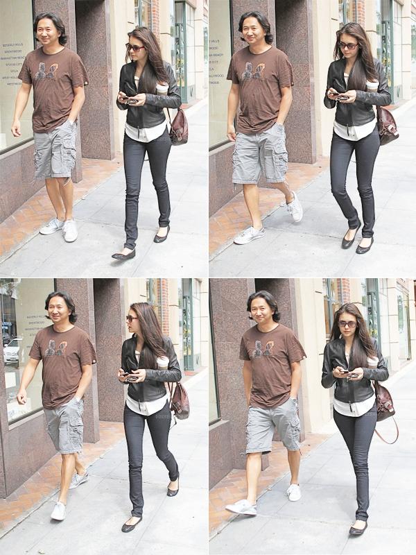 . Flash Back : Nina en compagnie d'un ami, se promenant dans les rue de Beverly Hills, au mois de juin.  .