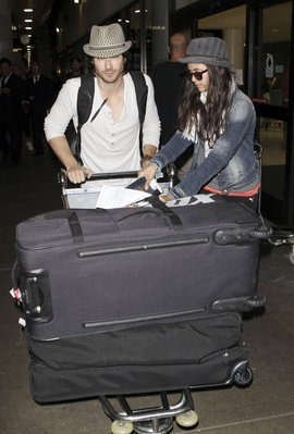 Ian et Nina (encore et toujours ensemble) à l'aéroport- le 05 juillet 2011