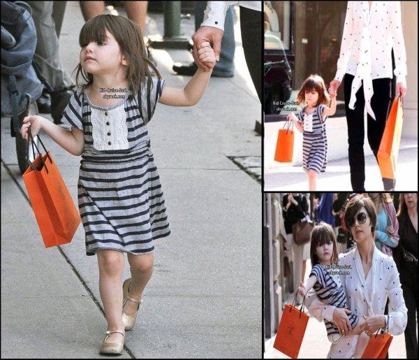 Ca a parfois du bon d'être une enfant de star. On peut par exemple avoir les plus beaux accessoires à moindre coût et surtout, on peut copier sa maman quand elle est une icône de mode. Suri Cruise fait partie de ces enfants chanceux. Et lorsqu'elle se balade dans les rues de New York avec son actrice de mère, Katie Holmes, qui cartonne sur Broadway avec la pièce All My Sons, elle arbore la même attitude qu'elle.