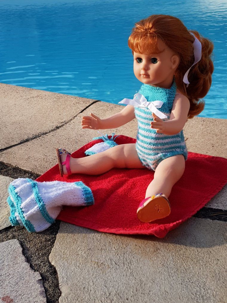 Il a fait chaud Juliette avec sa nouvelle tenue de tricot a demandé à  Françoise et Jade de venir se baigner