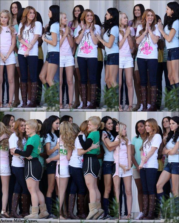 """Le 4 janvier 2011 .. ................CRISPYNEWS !. Miley sur le tournage de """"So undercover"""" qui a reprit le 3 janvier. . ."""