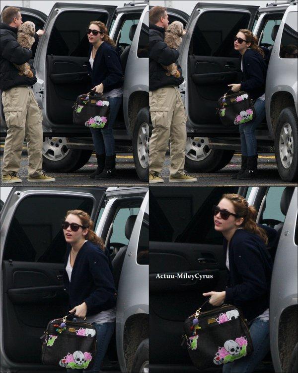 Le 14 janvier  2011 .. ................CRISPYNEWS !. Voici de nouvelles photos de Miley datant du 11 et 12 janvier, toujours sur le tournage de son film. Et apparement elle a retrouvé ses rajouts !  . .