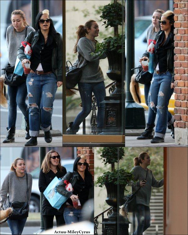 Le 15 janvier  2011 .. ................CRISPYNEWS !. Miley se baladée dans les rues à Nouvelle-Orleans avec une amie et sa maquilleuse. Côté tenue j'adore sauf le sac avec la queue (?). Et vous ?. .