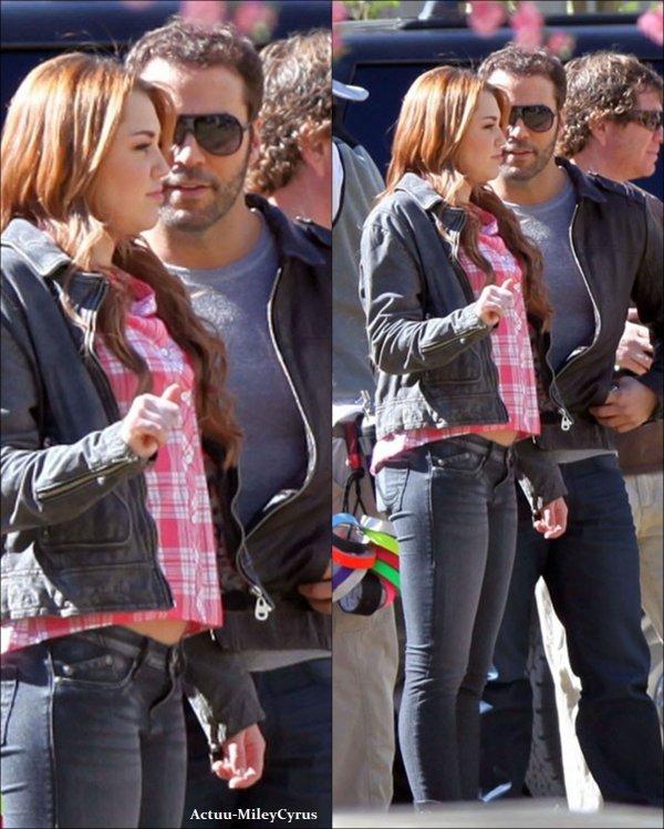"""Le 23 janvier  2011 .. ................CRISPYNEWS !. Nouvelle photos du tournage de """"So undercover"""", ainsi que des photos de la Wrap party qui signifie la fin du tournage. J'ai également ajouté diverses photos de Miley.. ."""